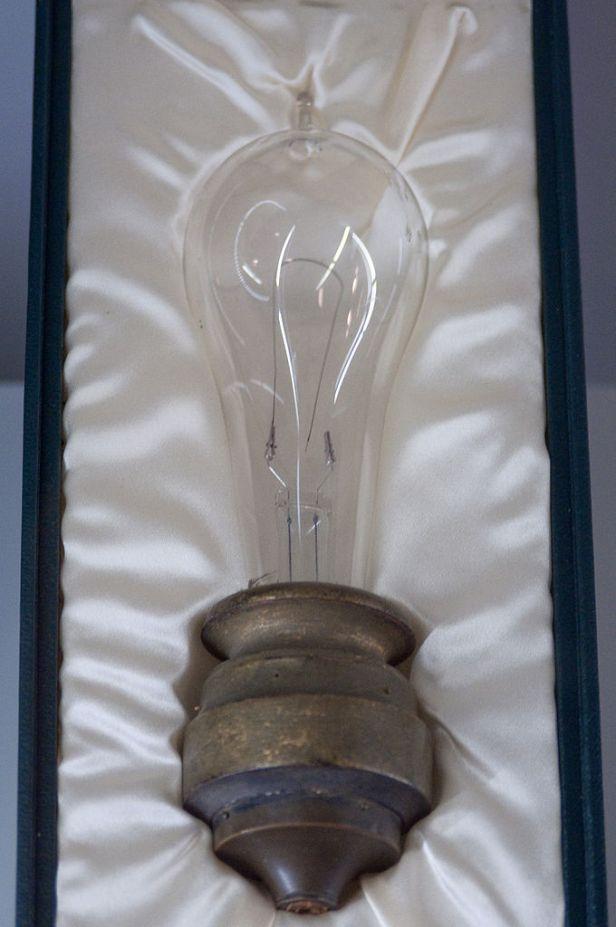 680px-edison_lightbulb_musc3a9e_des_lettres_et_manuscrits
