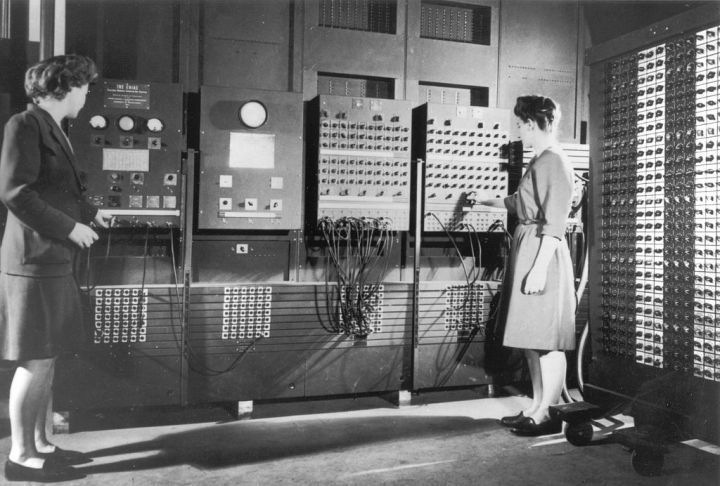 1024px-two_women_operating_eniac_28full_resolution29